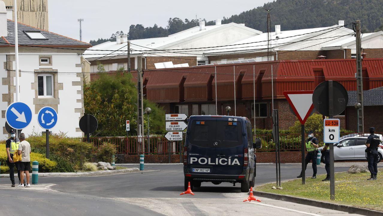 Refuerzos de la Policía Nacional enviados por el brote de coronavirus, en un control en Viveiro, este jueves