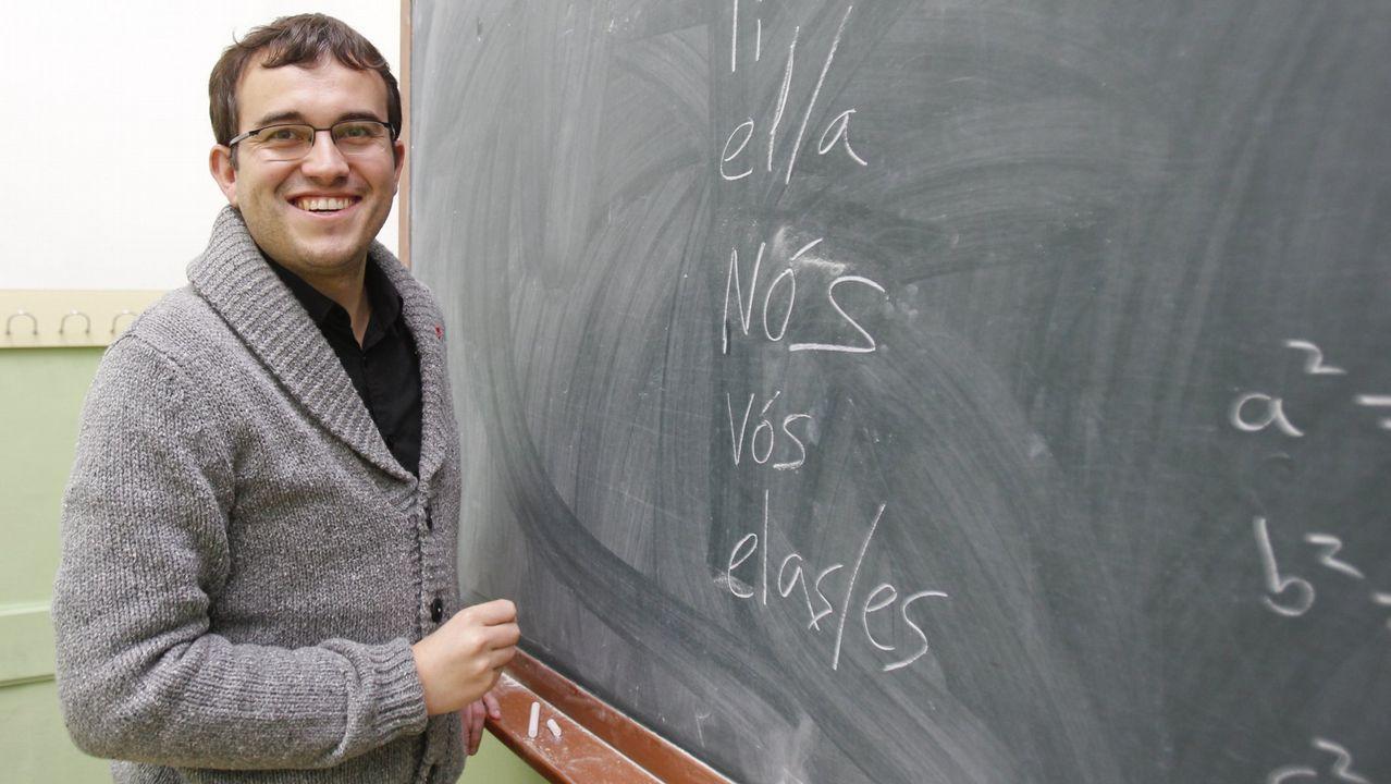 Callón reside no barrio de Belém, e dá clases de Xeografía e Historia na capital lusa.