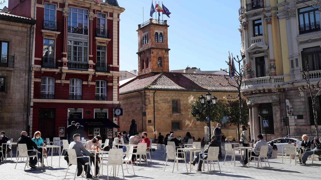 Personas en una terraza en la Plaza Porlier de Oviedo