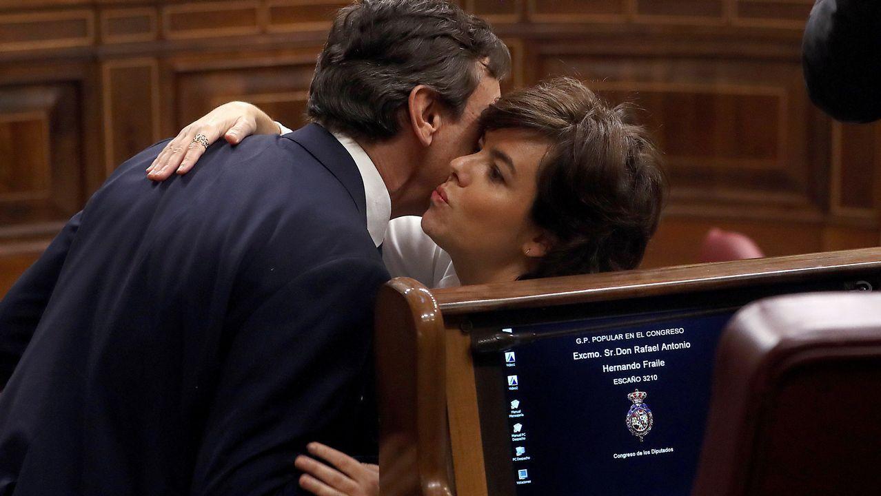 Soraya Sáenz de Santamaría besa a Hernando.