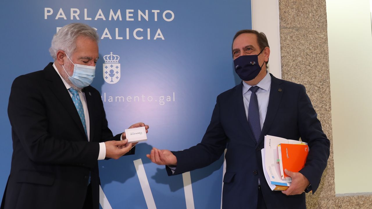 El conselleiro de Facenda entregando esta mañana las cuentas del 2021 en formato digital al presidente del Parlamento de Galicia
