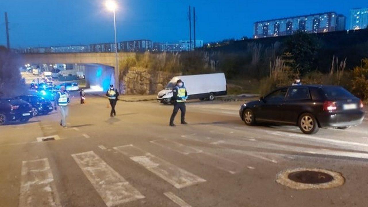 Control de la Policía Local en el polígono de Vío (A Coruña ) por las carreras ilegales de coches