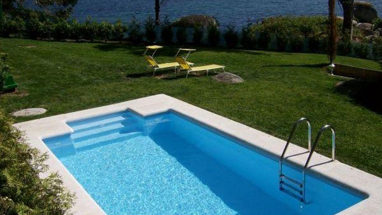 A pie de mar en Bueu. No se puede estar más cerca del mar que en esta casa situada en Cabo Udra (Bueu). Con piscina privada, estas vistas y una buena compañía, poco más se puede pedir para que tus días de descanso sean un auténtico éxito.