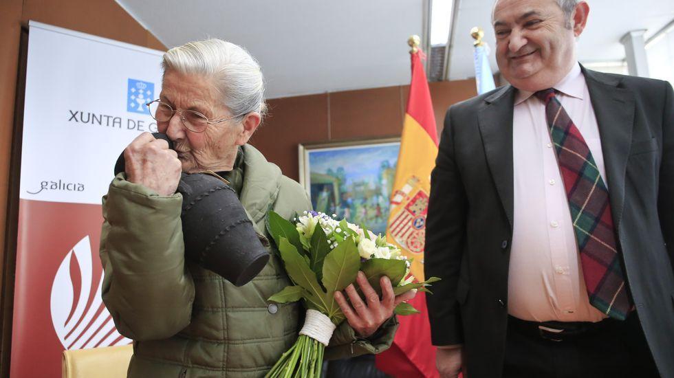 Gastronomía y experiencias en Xantar.Benedicta García, con la jarra de Gundivós que le regaló el delegado de la Xunta en Lugo