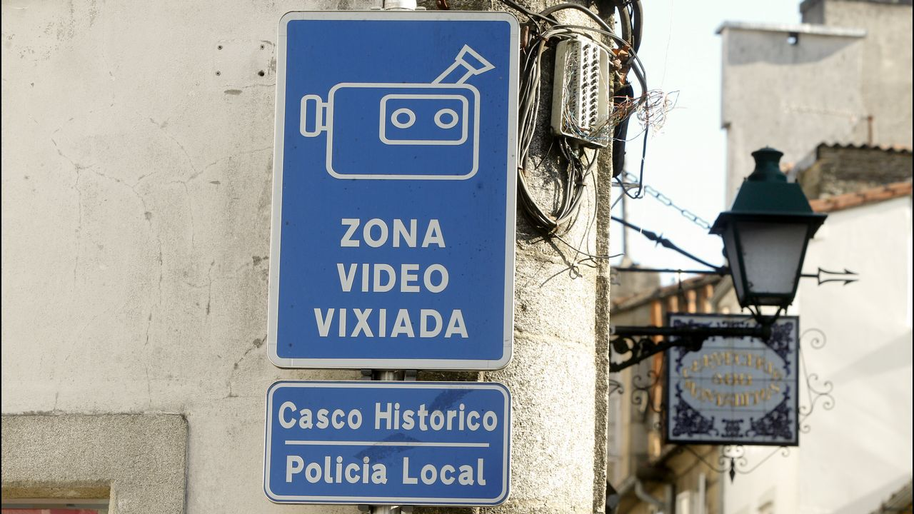 Dificultades de acceso a la avenida de Lugo desde Quiroga Palacios.Un par de peregrinos recorren el Camino Francés a su paso por el concello de Sarria