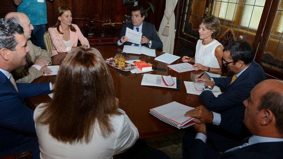 Sin acuerdos por escrito, siguen los vertidos de leche.Las cofradías se reunieron en la sede de Portos en la mesa contra el furtivismo.
