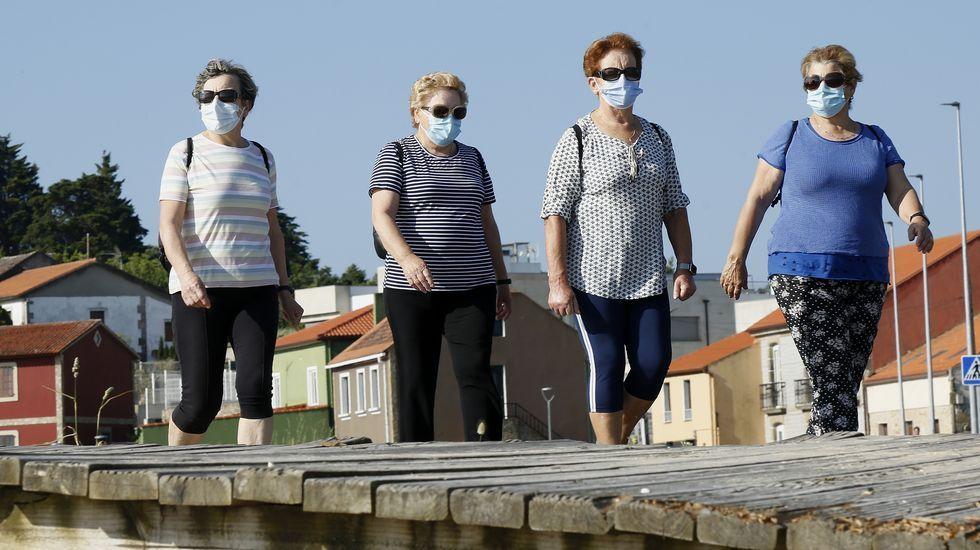 Una mujer haciendo deporte con mascarilla en el paseo de Caranza, en Ferrol