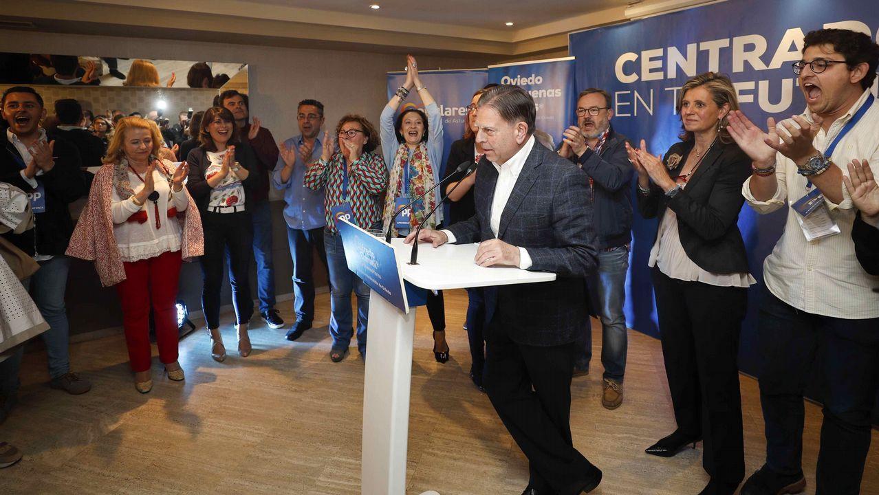 El candidato popular al Ayuntamiento de Oviedo, Alfredo Canteli (c), tras conocerse los resultados en las elecciones celebradas hoy Domingo