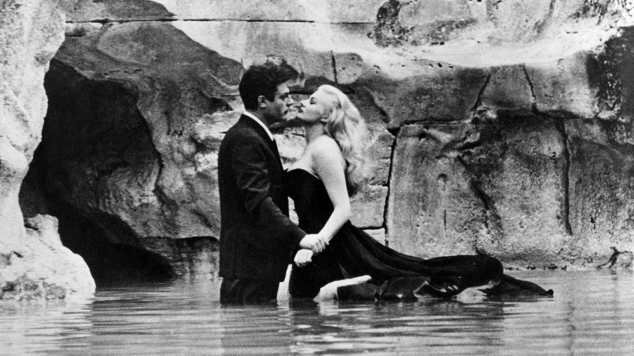 Los actores Marcello Mastroianni (el periodista romano Marcello Rubini) y Anita Ekberg (la diva del cine Sylvia), en la mítica escena del filme «La dolce vita» (1960) en que ella se da un baño en la Fontana de Trevi.
