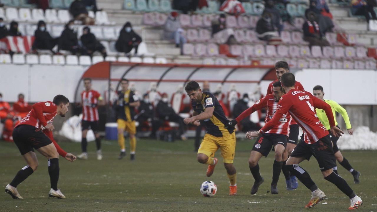 Rui Costa se escapa de un rival en un lance del partido de Zamora