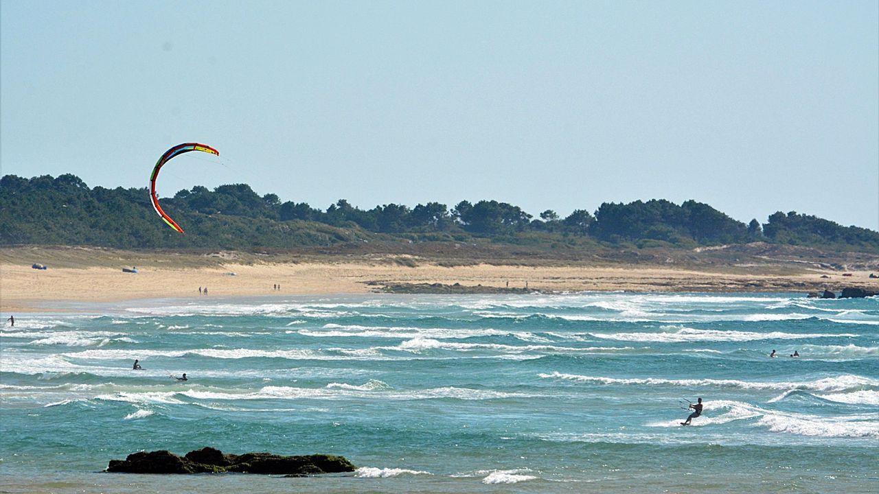 Barbanza, un paraíso para los amantes de las olas.Las terrazas de la hostelería local están hasta arriba, como cada verano