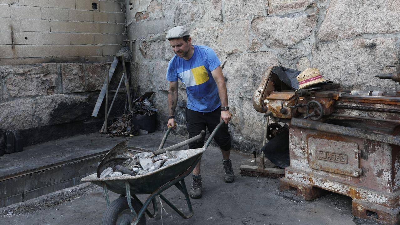 Roberto Carlos sigue retirando escombros de su taller