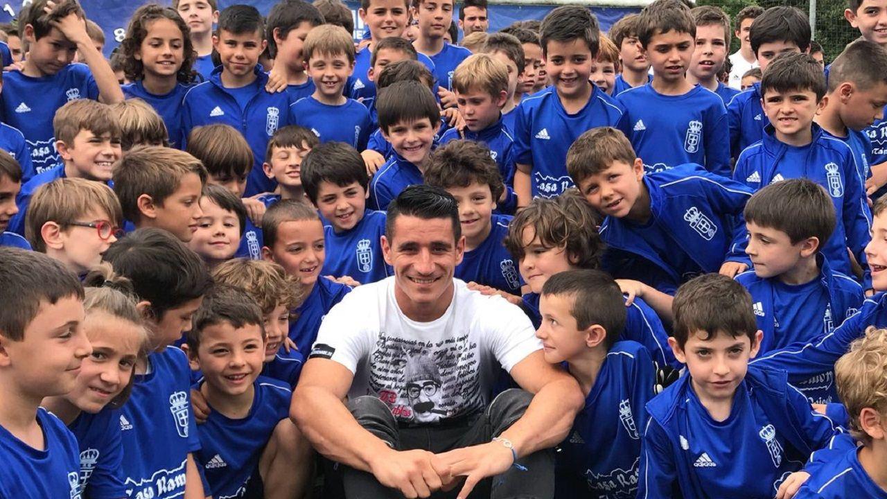 Saúl Berjón posa junto a los niños del Campus