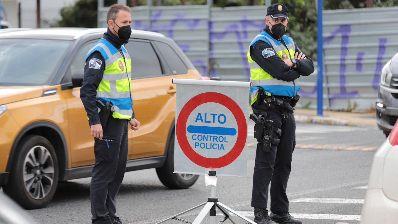 Alvedro ya realiza cribados a sus pasajeros.El Audi A3 fue inmovilizado y trasladado al depósito municipal por ser un riesgo para la circulación
