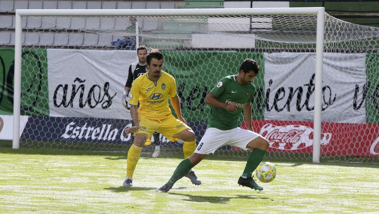 Steven Vetusta Sporting B Molinon.Steven trata de llevarse el esferico frente al Sporting B en la 18/19