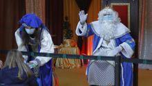 Los niños visitan a los Reyes Magos en el pabellón polideportivo de Milladoiro, Ames