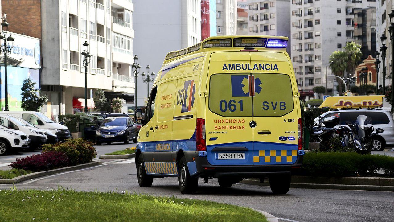 Personal sanitario del 061 traslada en ambulancia al hospital Álvaro Cunqueiro a un posible caso de coronavirus de la residencia para mayores Barreiro