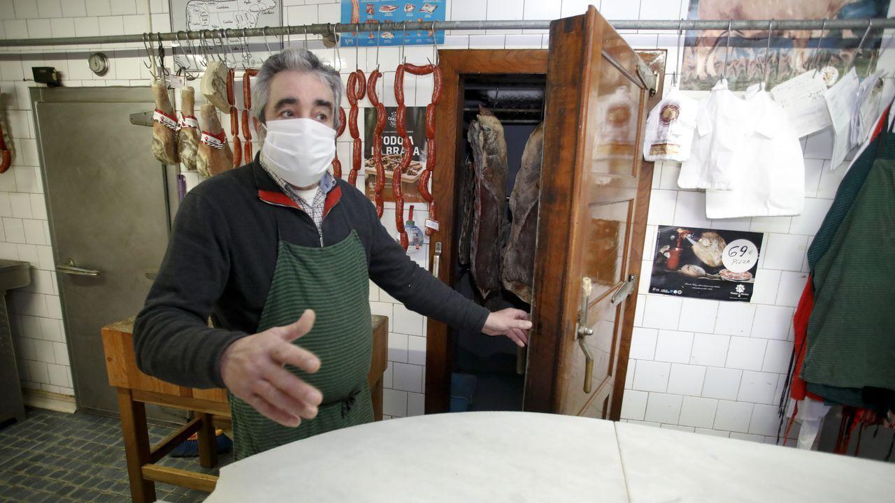 La segunda nevera más antigua de la provincia. Jesús Folgueiras enseña la nevera que les hizo la firma Saqués en los años 50, con puerta de madera maciza y corcho aislante.