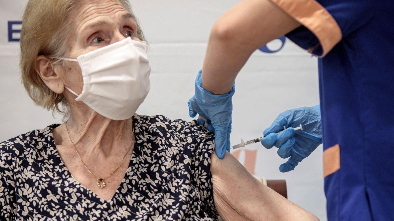 Una mujer mayor recibe su vacuna en una residencia de Valencia