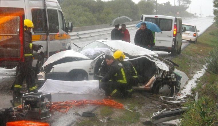 Así quedó el coche que conducía el hombre que murió en Oia.