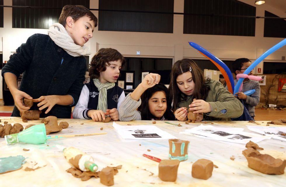 <span lang= es-es >Cantera de artistas</span>. Los adultos volvieron a mostrarse reacios a participar en los obradoiros desarrollados en el marco de Mercarte, pero los niños sí que se atrevieron a dar rienda su creatividad y a aprender con algunos de los artistas que participaron en la mostra carballesa.
