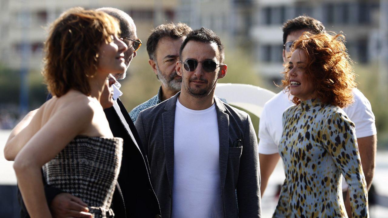 Amenábar, con actores de «Mientras dure la guerra» en San Sebastián