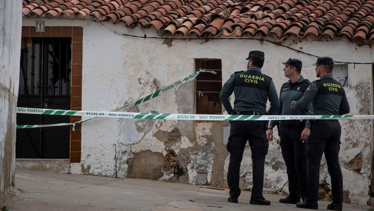 Efectivos de la UCO custodian la casa donde vivía el detenido por la muerte de Laura Luelmo