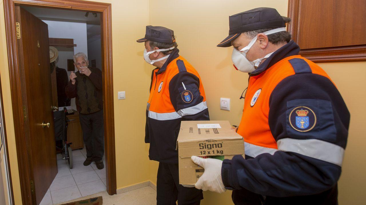 Trabajadores realizando tareas en las inmediaciones del hospital Virxe da Xunqueira de Cee