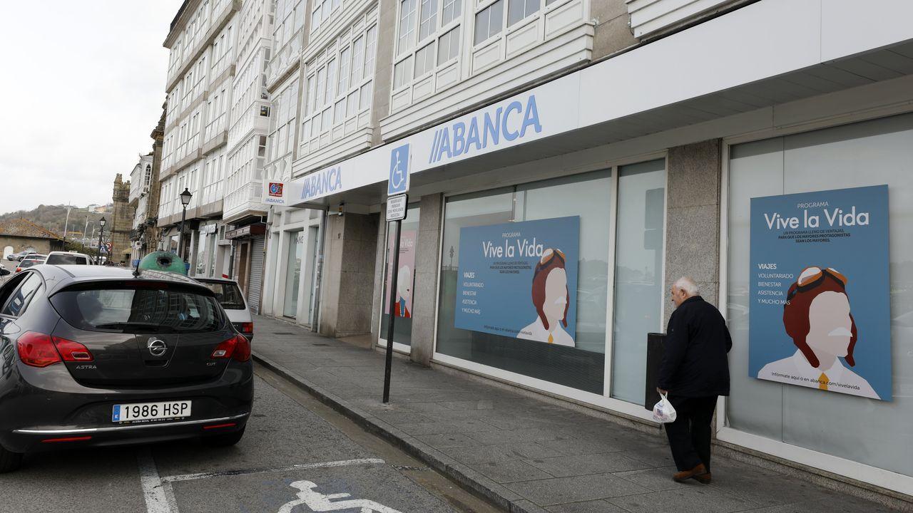 Oficina principal de Abanca en Viveiro, que, según indica en su página web, cuenta con 16 sucursales en A Mariña