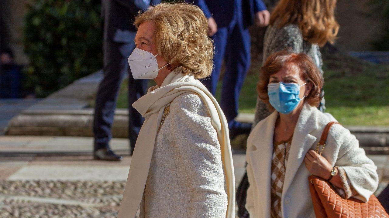 La reina Sofía llega al Hotel Reconquista de Oviedo acompañada por la vicepresidenta primera del Gobierno, Carmen Calvo