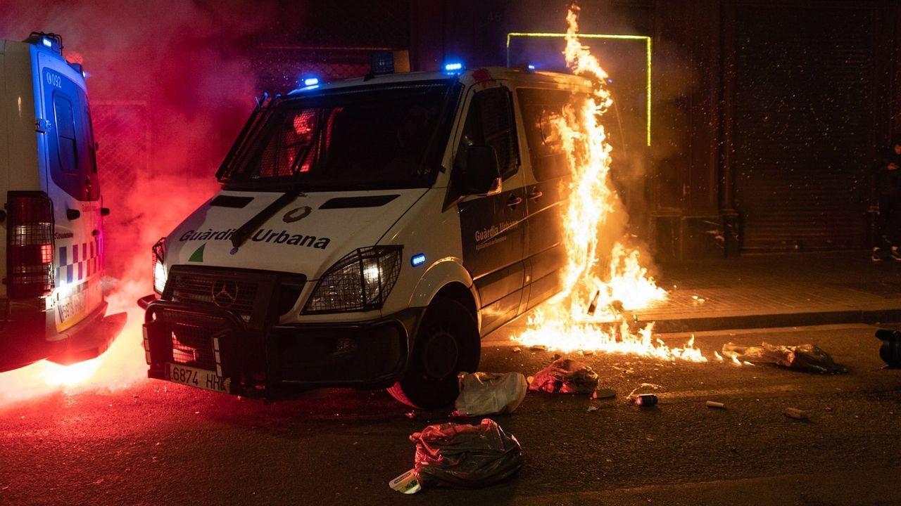 Imagen de la furgoneta de la Guardia Urbana de Barcelona incendiada el pasado sábado