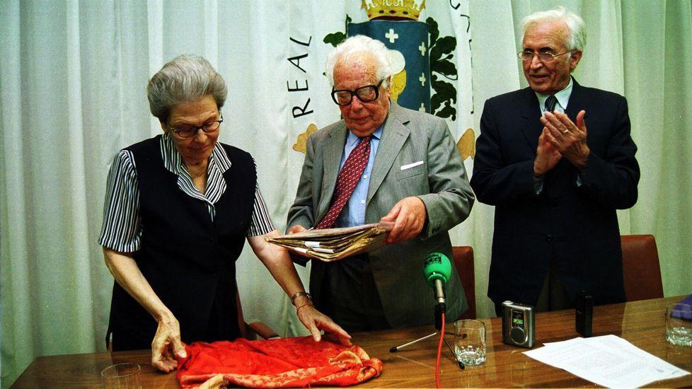 Neira Vilas y su esposa entregan a la Real Academia Galega más de cien cartas de Murguia
