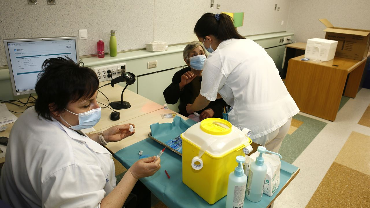 Este jueves continuaba la vacunación frente al covid-19 en el Hospital Público da Mariña, en Burela