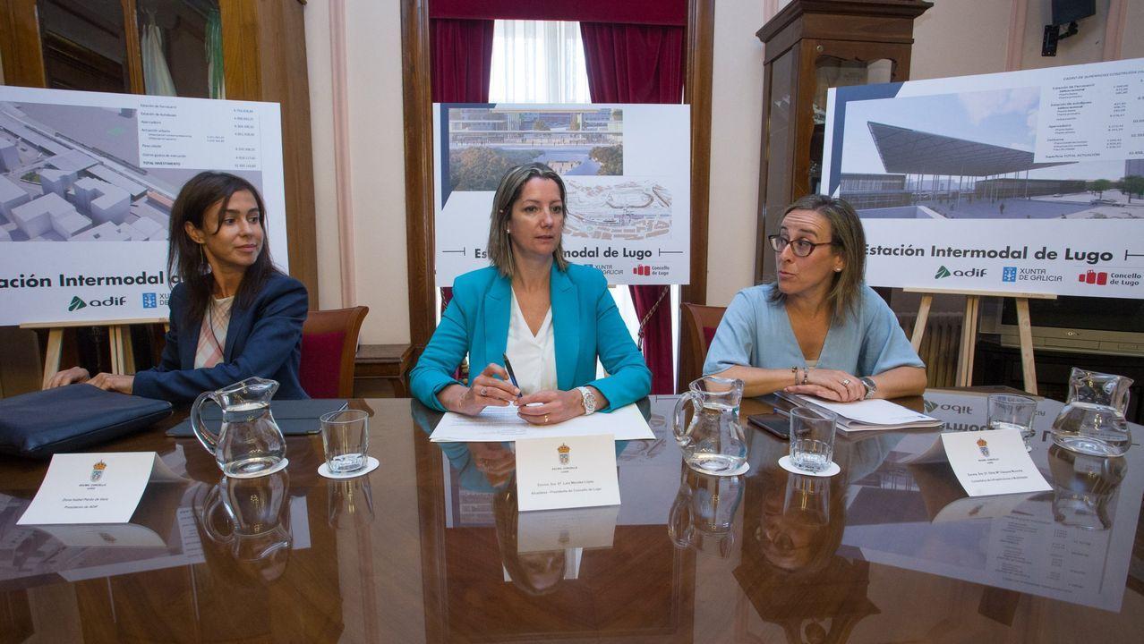 Pisos y casas que la Sareb ha rebajado Lugo.Isabel Pardo de Vera, Lara Méndez y Ether Vázquez en la firma del convenio de la estación Intermodal de Lugo