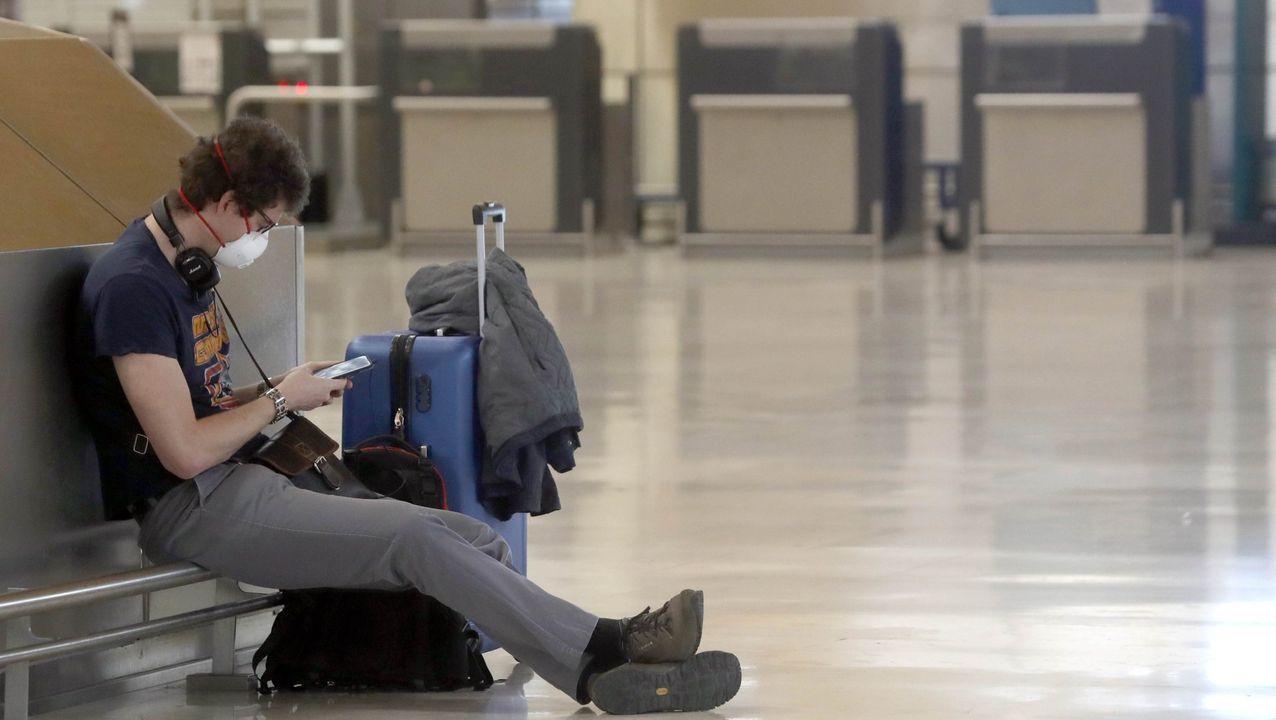Un pasajero con mascarilla en el aeropuerto de Barajas, el pasado día 13
