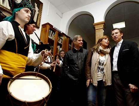 Vencedores y vencidos en las elecciones catalanas.Feijoo, acompañado de Sánchez Camacho y Fernández Díaz, en el Centro Gallego.