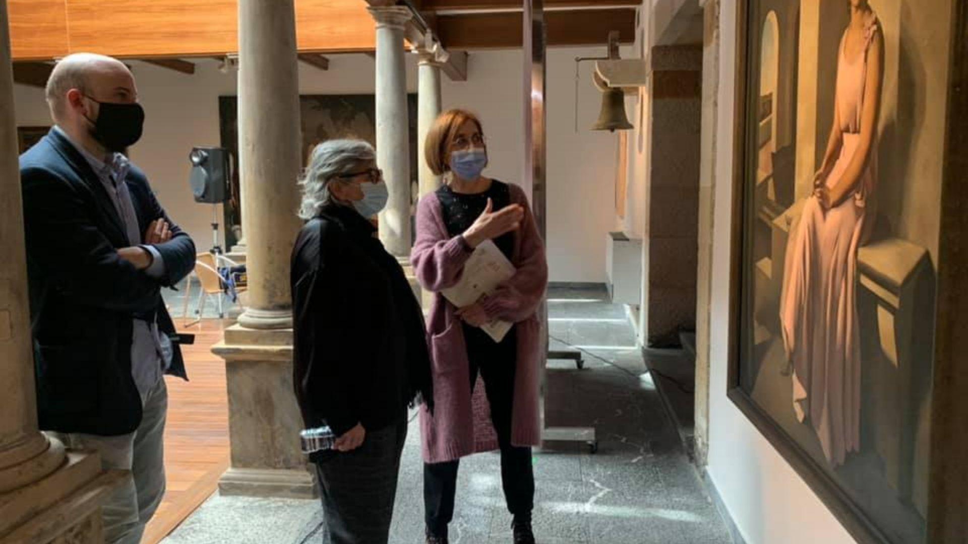 El director de la Fundación Municipal de Cultura, Miguel Barrero; la alcaldesa de Gijón, Ana González, y la directora de la Casa Natal de Jovellanos, Lucía Peláez