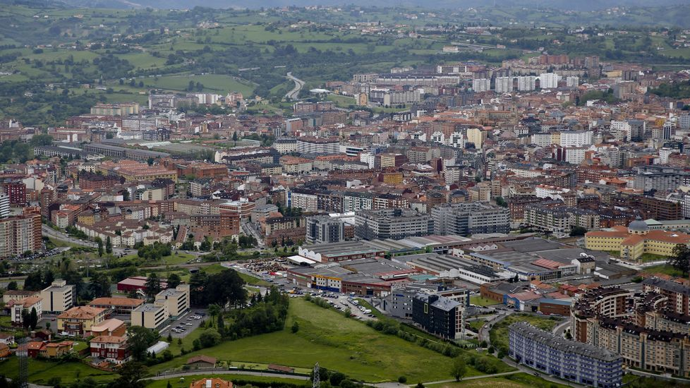 La central térmica de Soto de Ribera.En primer plano la entrada a Oviedo desde la AS-II