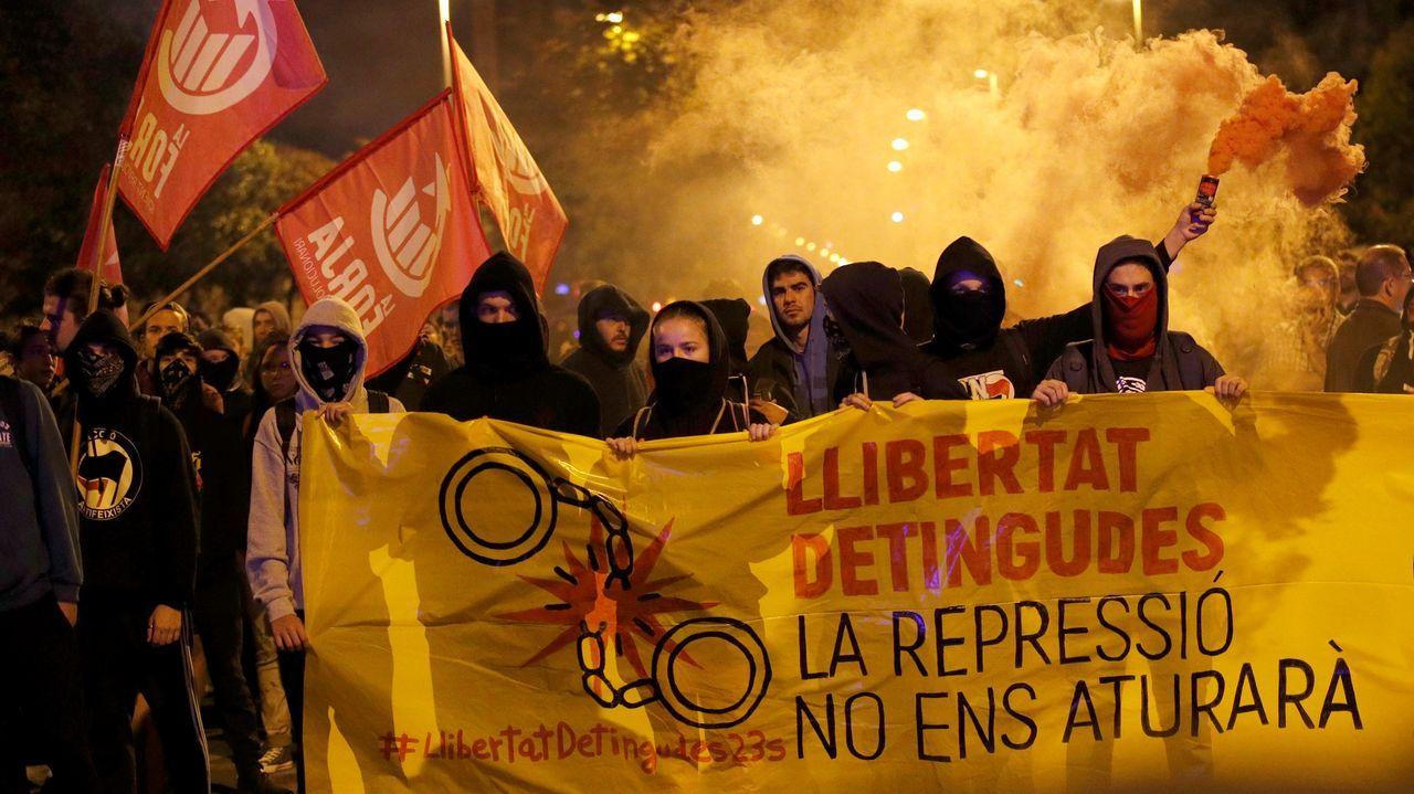 Unos 300 independentistas se han concentrado a primera hora de este martes frente al cuartel de la Guardia Civil de Gerona, convocados por diversas organizaciones con motivo del segundo aniversario del 1-O