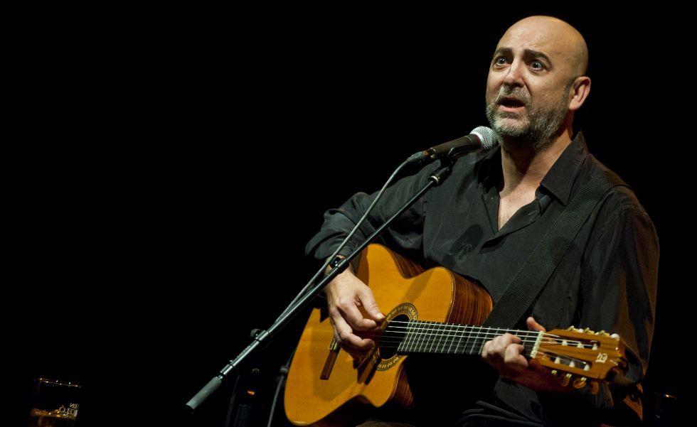 <span lang= gl >Riki López, el viernes durante su actuación en el Pazo da Cultura</span>