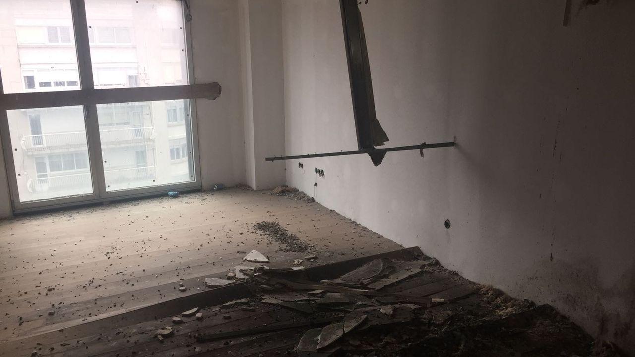 Las amplaiciones de viales que el Estado sí pagó.Destrozos en uno de los pisos ocupados en Vigo