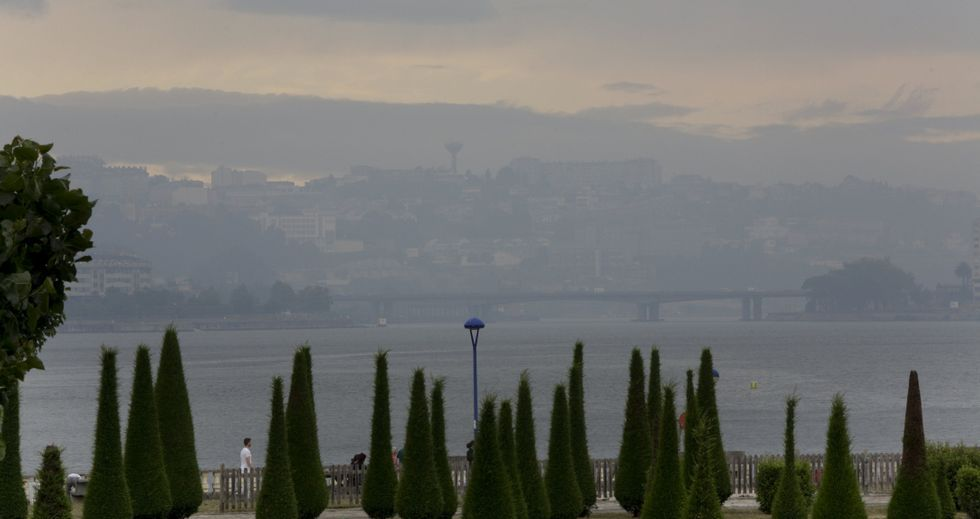 En la imagen se aprecia cómo el humo afectó ayer por la tarde al Burgo y a la zona del Temple.