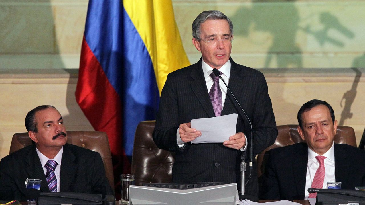 Un grupo de pasajeros consulta los vuelos en el Aeropuerto de Asturias.El exmandatario de Colombia, Álvaro Uribe, en una imagen del 2010 cuando todavía ejercía como presidente del país