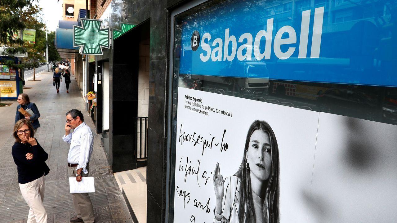 La campaña de sociedades arrancará en julio, cuando se cierre la de la renta.Colas en una oficina de empleo de A Coruña