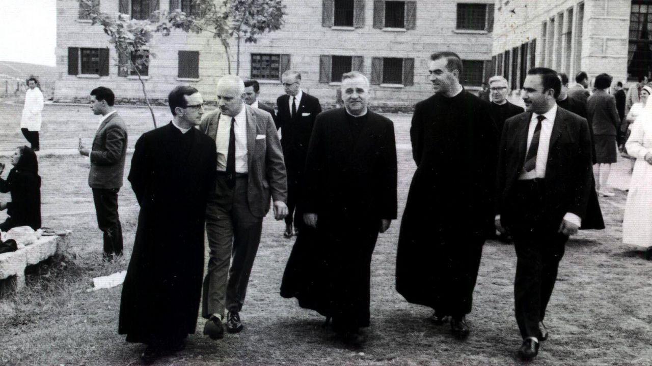 El obispo Temiño durante una visita al sanatorio psiquiátrico de Toén guiado por Cabaleiro Goás