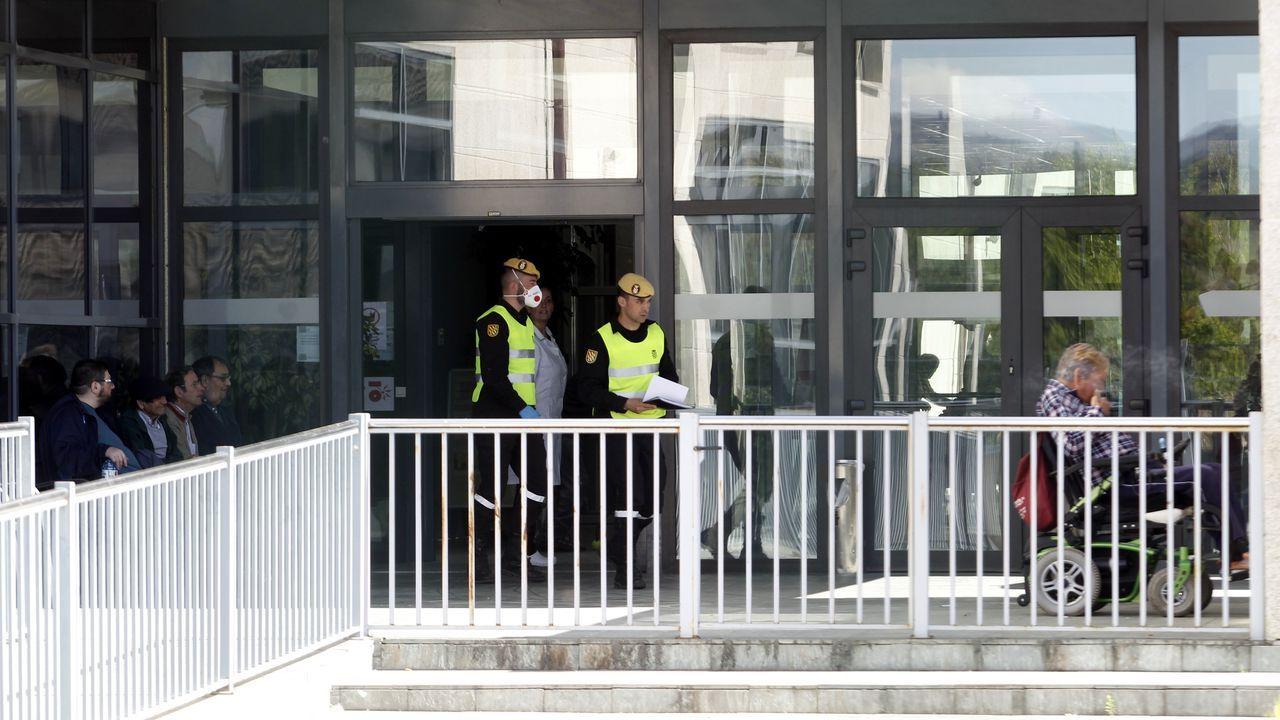 Dos integerantes de la UME, este lunes, en la entrada de la residencia de Monforte en la que se ha registrado un positivo por coronavirus