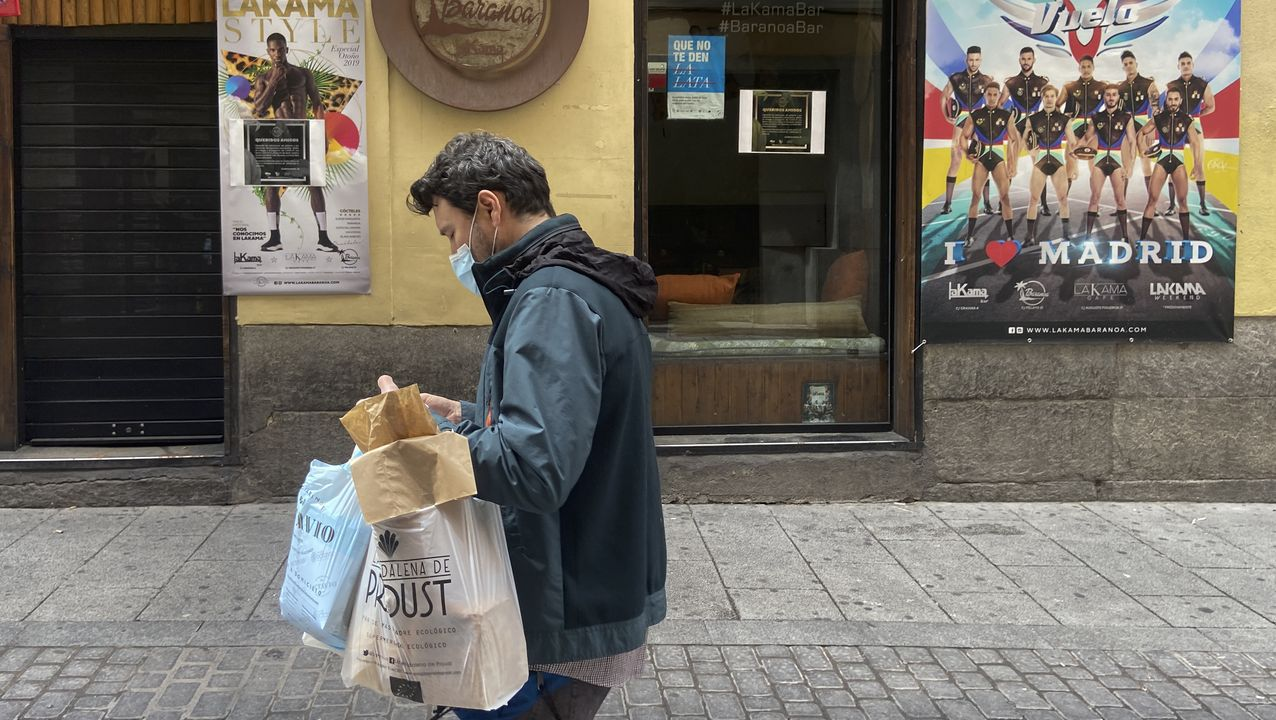 Un hombre camina con mascarilla por el madrileño barrio de Chueca