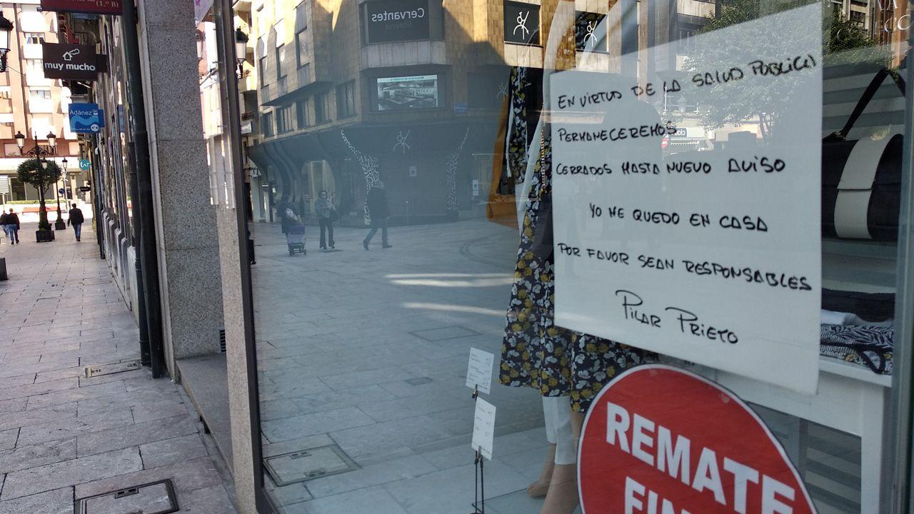 Un comercio cerrado hoy en Oviedo reclama responsabilidad a sus vecinos y sugiere que se queden en casa
