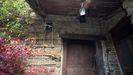 Un teléfono fijo en un muro exterior, en el patio de una casa rural de la montaña de Lugo, posibilita tener cobertura en Os Ancares