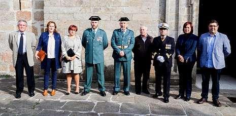 Agentes, autoridades y ediles de Camariñas, con José Manuel Pato (tercero derecha).